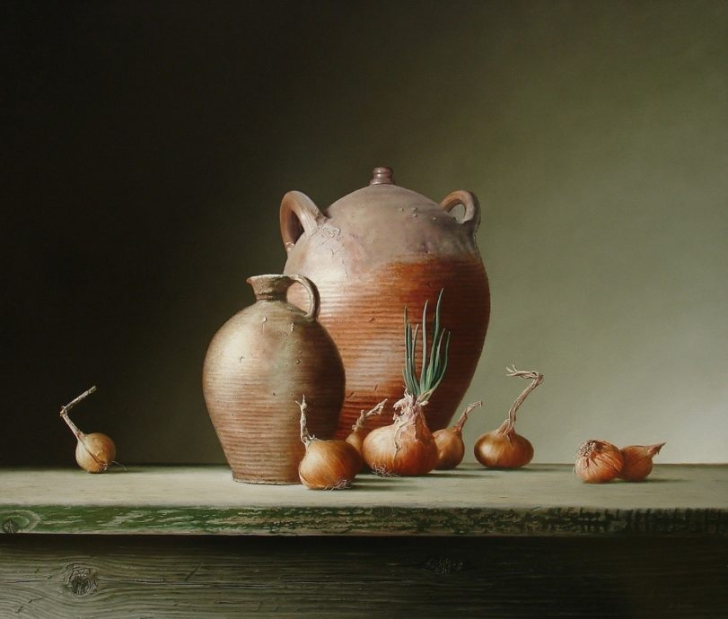 Ruud Dekker, 'kruiken en uien', olieverf op paneel, 82 x 70 cm