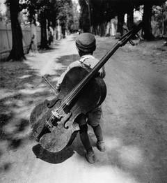 Eva Besnyö, 'Jongen met bas', 1931