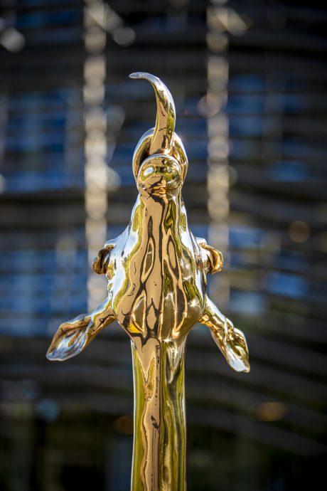Ilse Oelbers. Aurelio, 2020. Gepolijst brons, cederhout. 2,10 x 0,45 m.