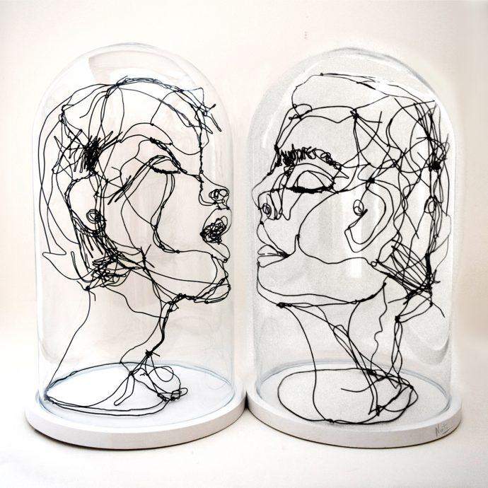 Beso 2020 (Kiss 2020). 2020. Draad kunstwerk en stolp. 50x45 cm.